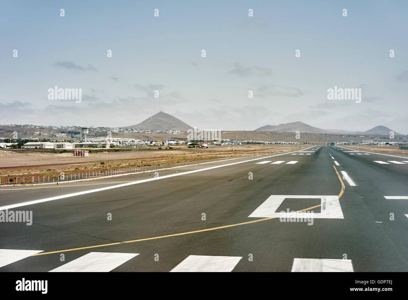Landebahn und fernen Bergen, Lanzarote, Spanien Stockbild