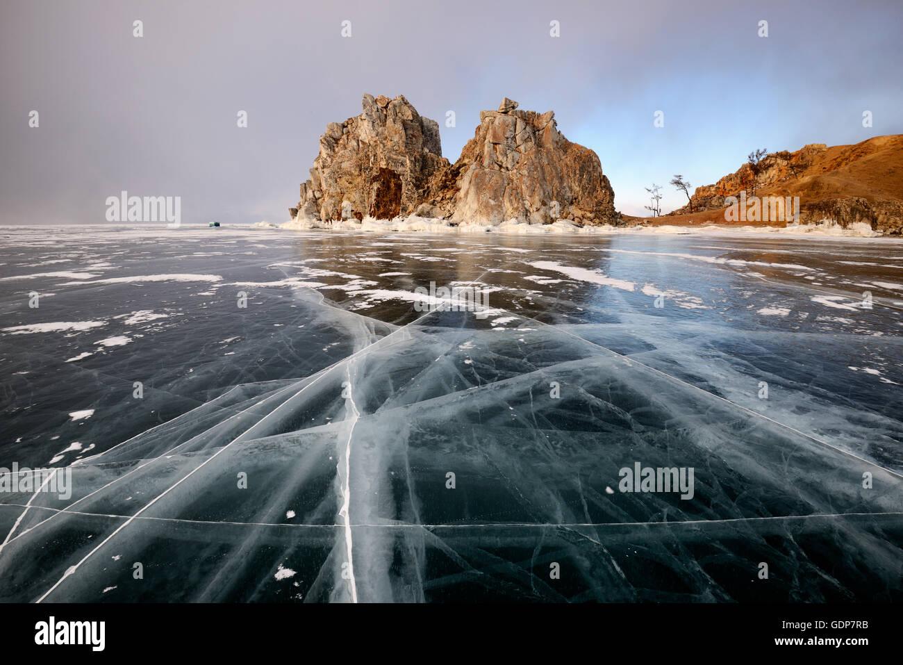 Blick auf gefrorenen Eis und Schamanka Rock am Kap Burchan, Baikalsee, Olchon, Sibirien, Russland Stockbild