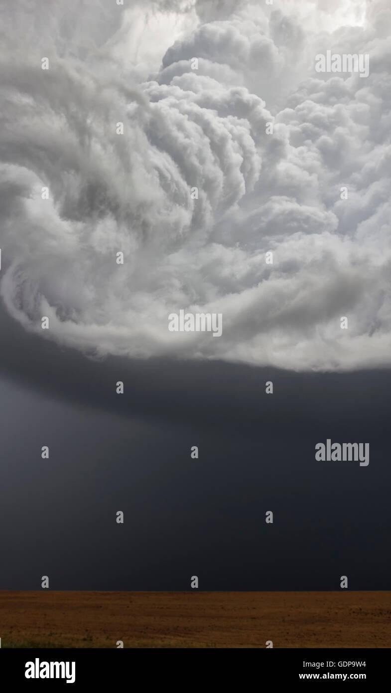 Ein heftig rotierenden Aufwind schafft eine Korkenzieher Aussehen aus dem Boden Stockbild
