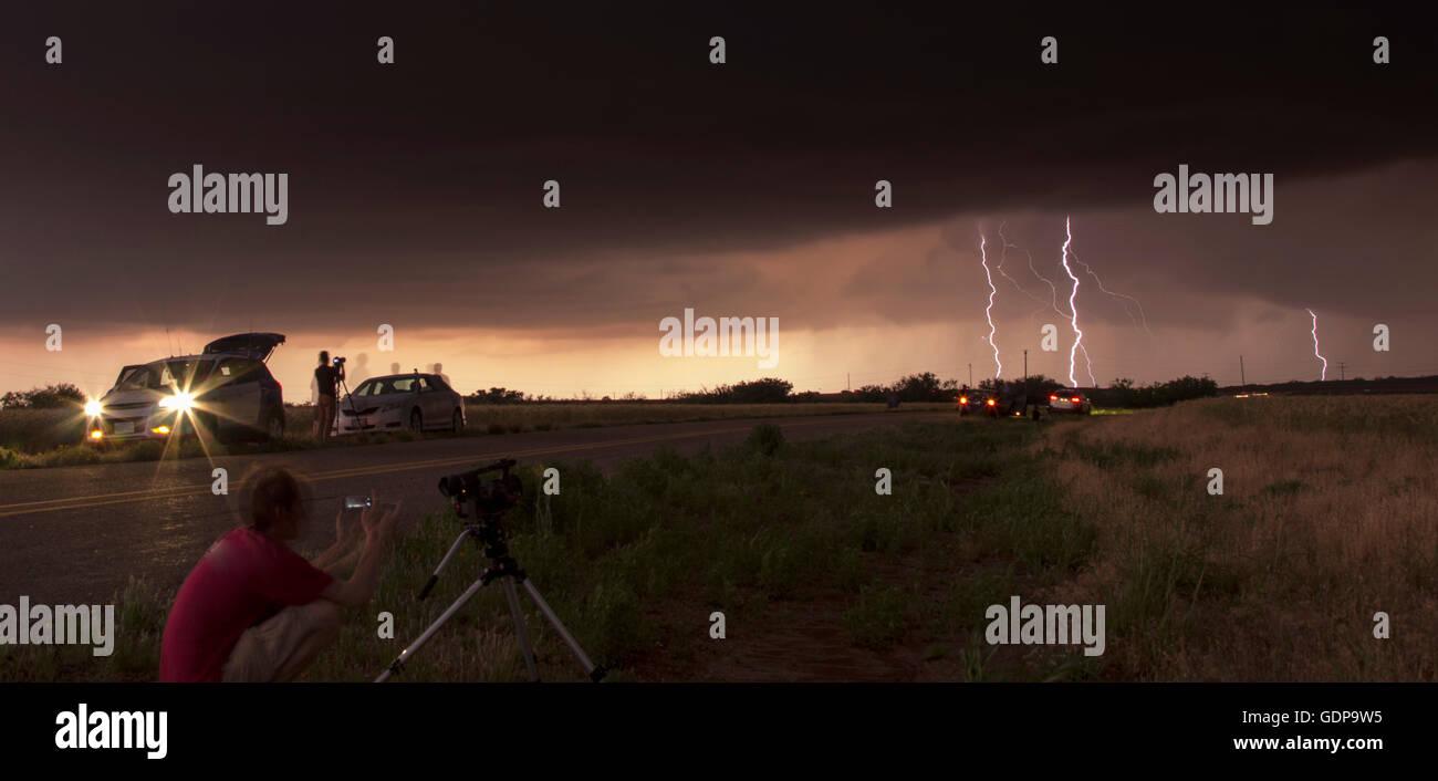 Storm Chaser tracking tornadischen Gewitter im Texas Panhandle Stockbild