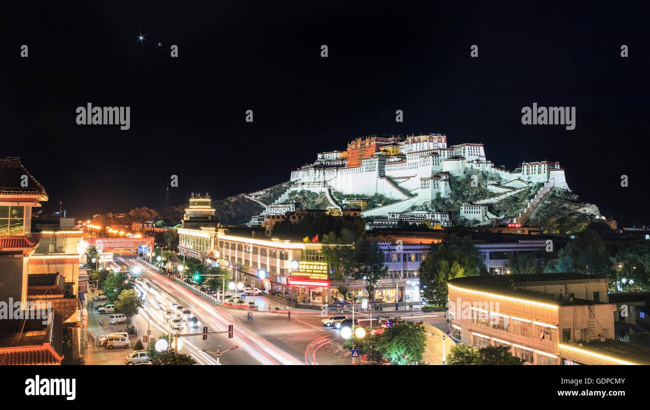 Konjunktion von Venus und Jupiter über den Potala-Palast in Lhasa, Tibet, China. Stockbild
