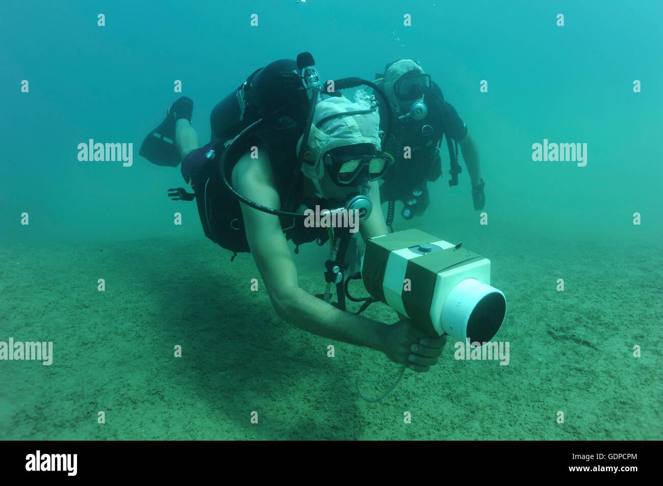 8. Juli 2010 - verwendet US Navy Explosive Ordnance Entsorgung Techniker eine AN/PQS 2A handheld Sonar Gerät Stockbild