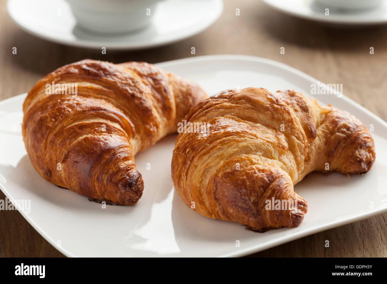 Schüssel mit frisch gebackenen französischen Croissants zum Frühstück Stockbild