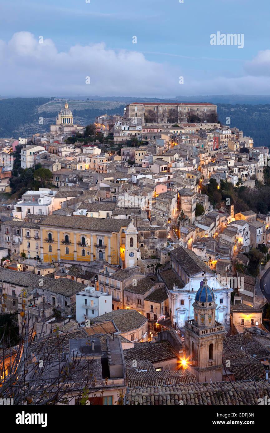 Stadtbild von Ragusa Ibla bei Dämmerung, Sizilien, Italien Stockbild