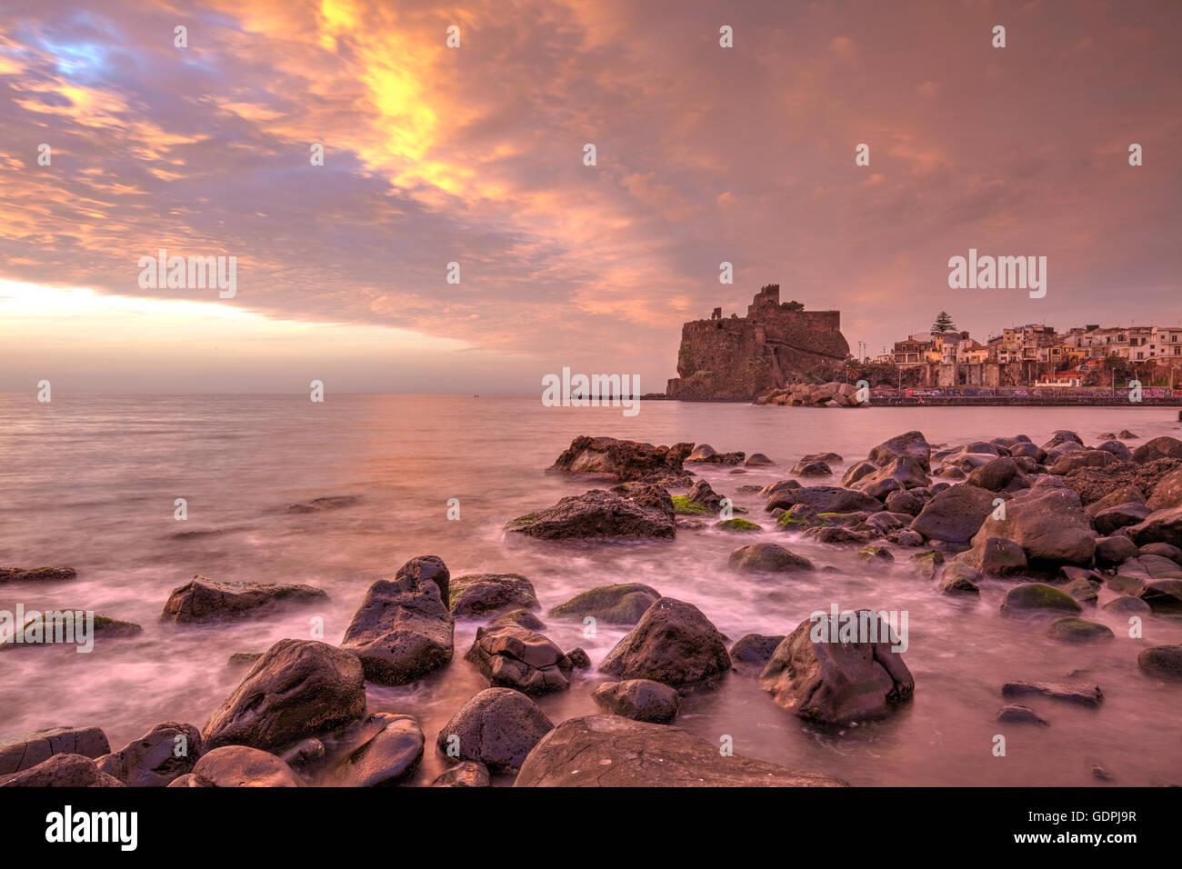 Die Norman Schloss von Aci Castello, Sizilien, Italien Stockbild