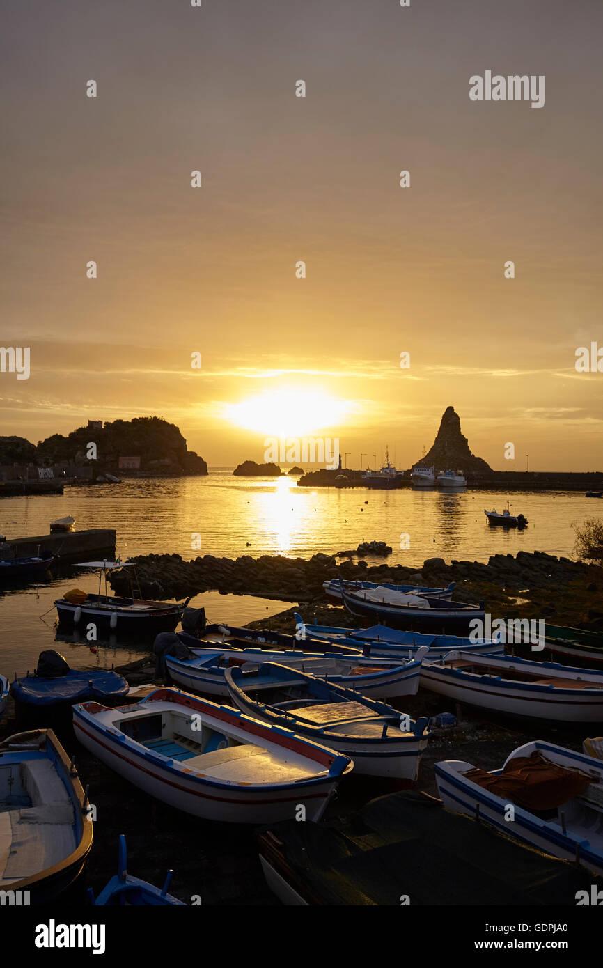 Der kleine Hafen von Aci Trezza, Sizilien, Italien Stockbild
