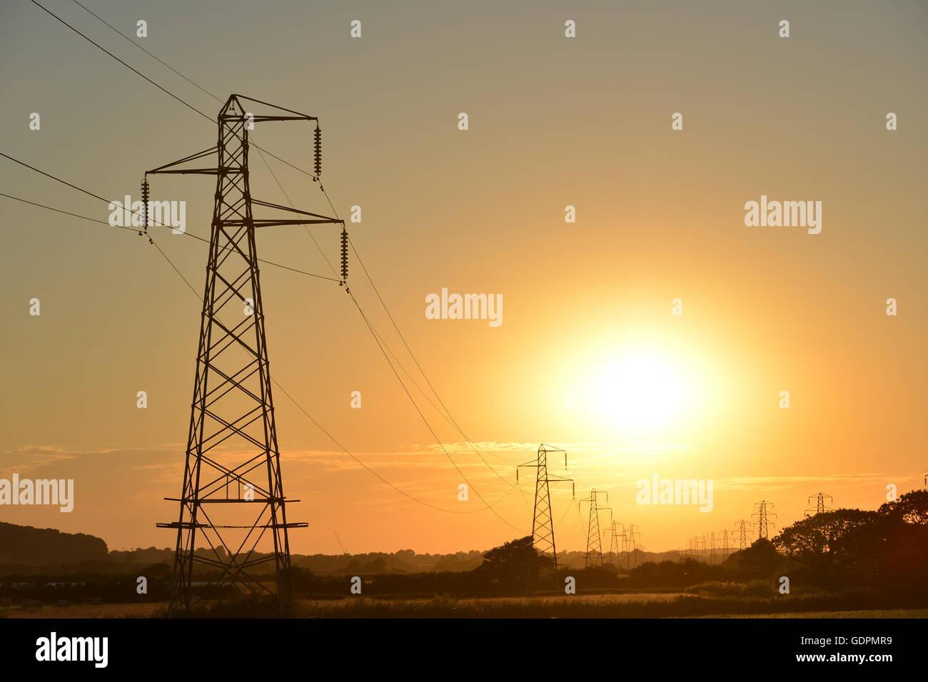 Sonnenuntergang hinter Strom Stromleitungen Stockbild