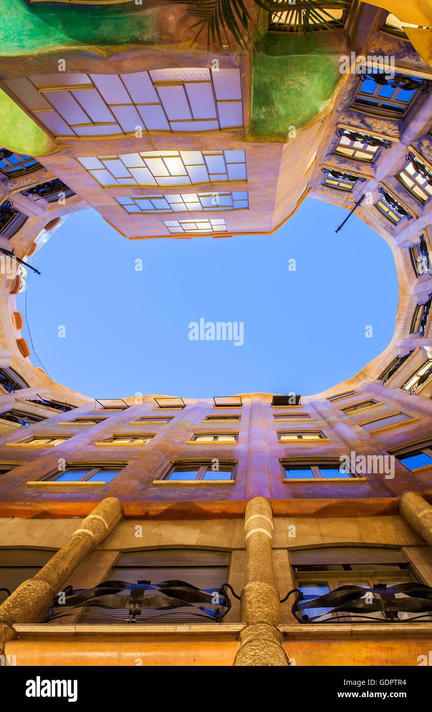 Blick auf Innenhof, La Pedrera und Casa Mila, Barcelona, Katalonien, Spanien Stockbild