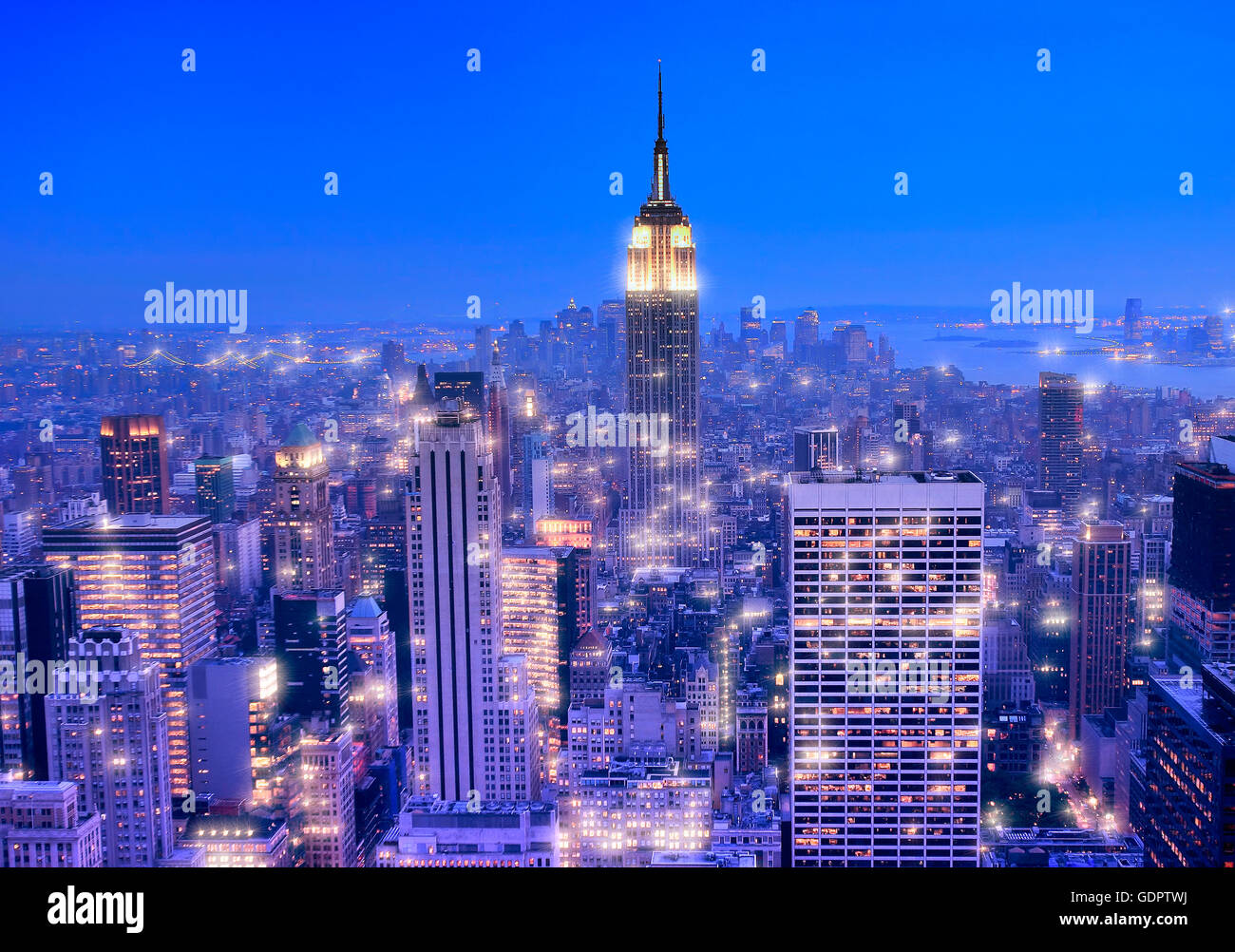 Skyline von Manhattan in der Nacht in New York city Stockbild