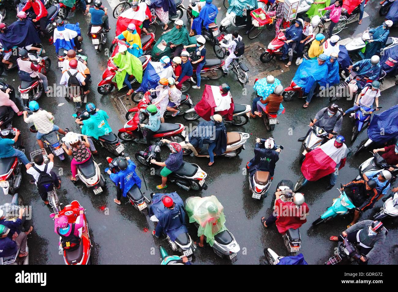 bunte Szene von Asia City in der Hauptverkehrszeit nach Regen am Abend, Stockbild