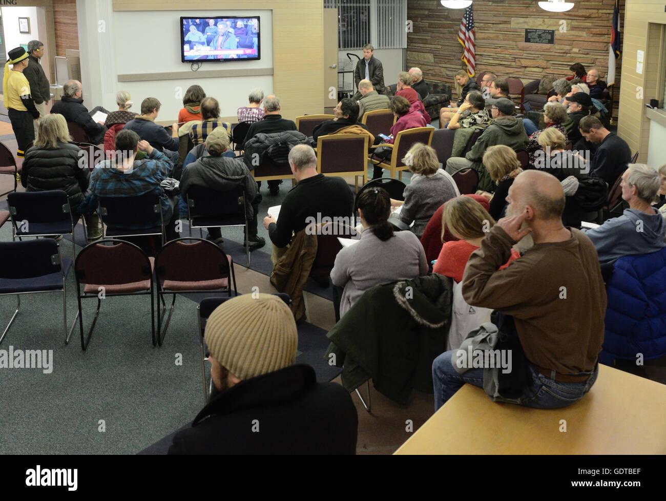 Überlauf Publikum bei Boulder City Council treffen. Menschen, die keinen Sitz im Ratssaal finden konnte sehen Stockbild