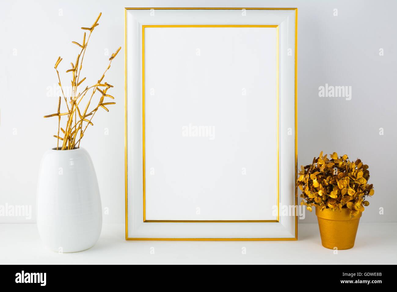 Frame-Modell mit weißen Vase und goldenen Blumentopf. Porträt oder ...