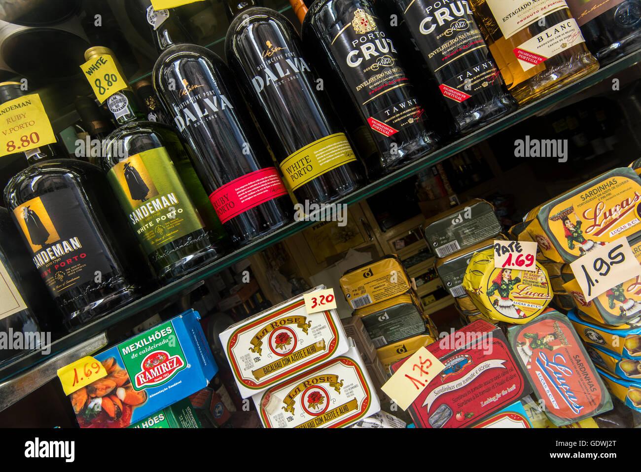 Flaschen Portwein und eher typisch portugiesische Produkte zum Verkauf in einem Lebensmittelgeschäft, Porto, Stockbild
