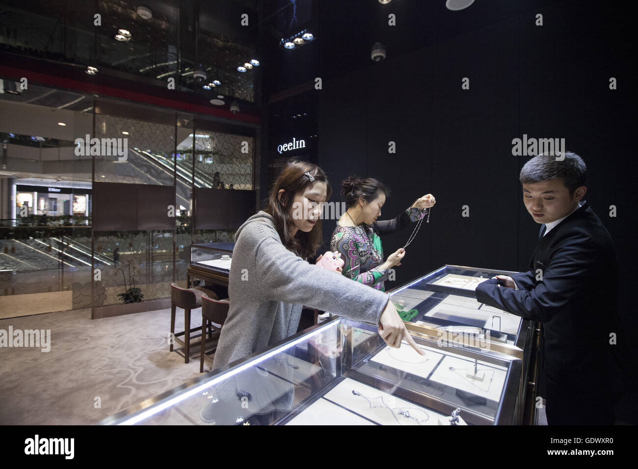 Kunden betrachten Schmuck Qeelin Schmuck Shop am 4. Dezember Stockbild