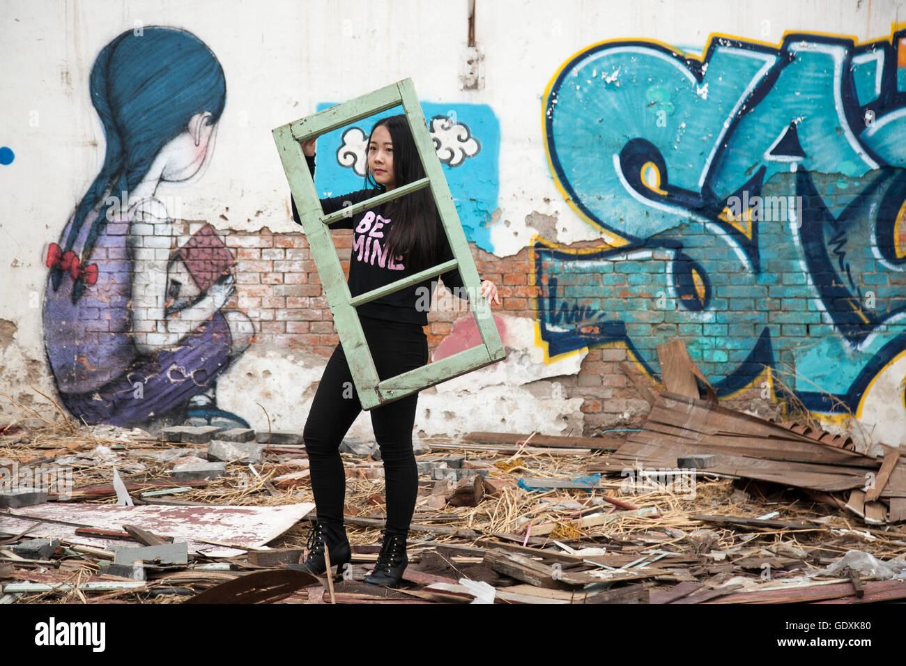 Street-Art an Wänden des abgerissenen Gebäudes. Stockbild