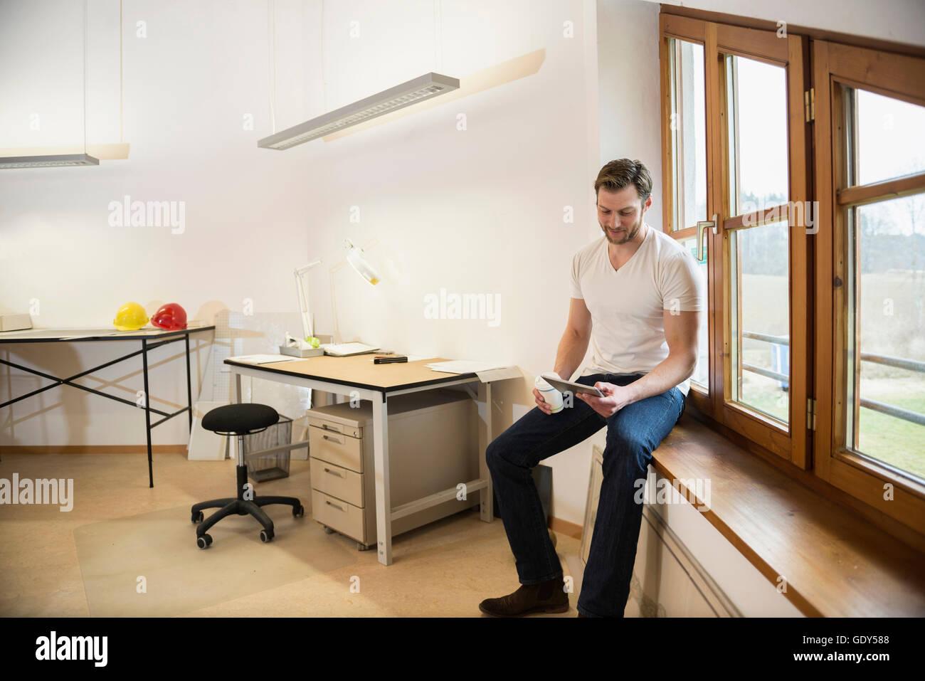 Architekt Auf Der Fensterbank Sitzen Und Arbeiten An Digital