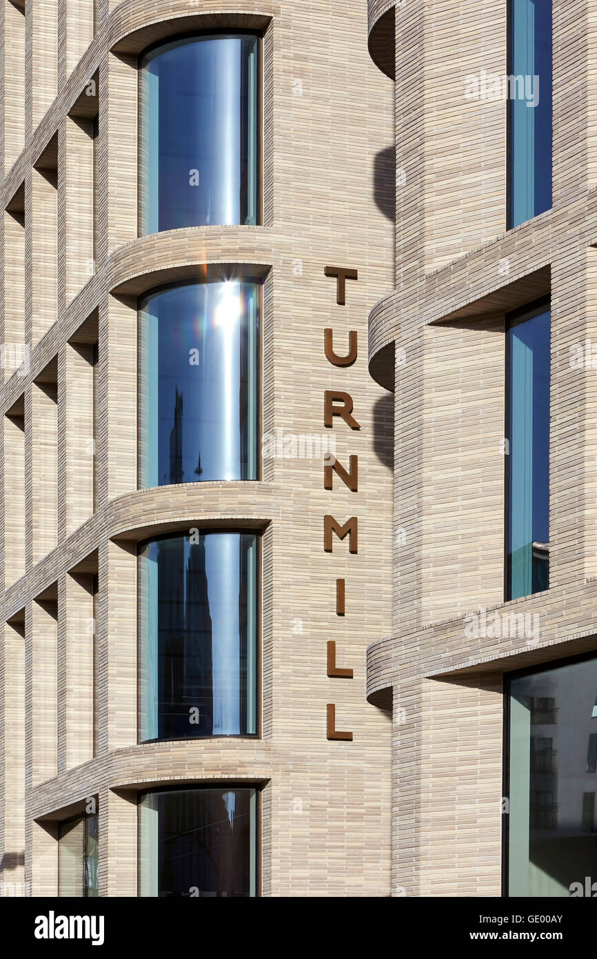 Detail der Backsteinfassade mit Beschilderung. Turnmill Gebäude, London, Vereinigtes Königreich. Architekt: Piercy Stockfoto
