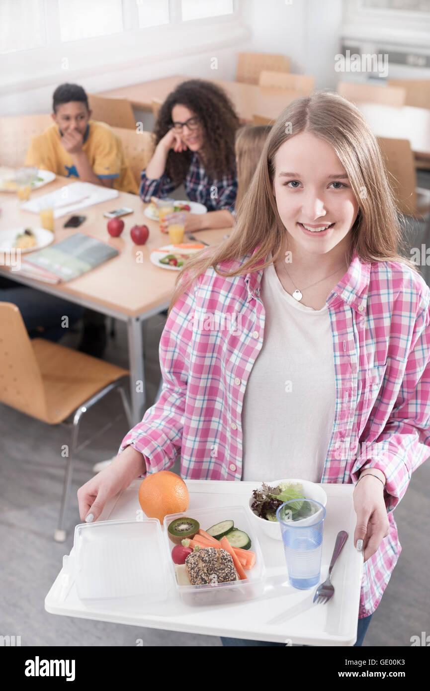 Studenten mit Mittagessen in Kantine, Bayern, Deutschland Stockbild