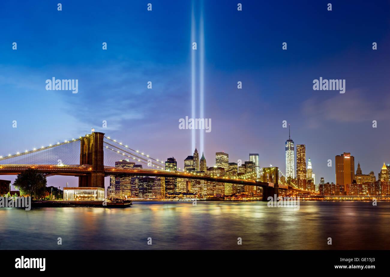 Tribute in Light, 11.September gedenken, mit der Brooklyn Bridge und Manhattan Wolkenkratzer, New York City Stockbild