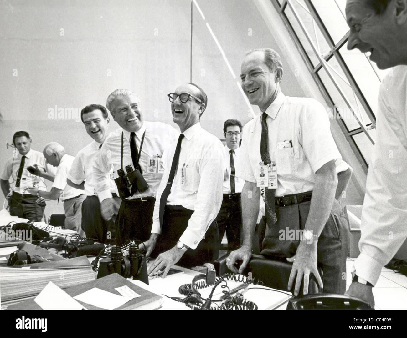 (16 Juli 1969) Apollo 11 Mission Beamten entspannen Sie sich in die Launch-Control-Center nach dem erfolgreichen Apollo 11 abheben am 16. Juli 1969. Von links nach rechts sind: Charles W. Mathews, Deputy Associate Administrator für Raumfahrt besetzt; Dr. Wernher von Braun, Direktor des Marshall Space Flight Center; George Mueller, Associate Administrator für das Amt der bemannten Raumfahrt; Generalleutnant Samuel C. Phillips, Direktor des Apollo-Programms Bild-Nr.: 108-KSC-69P-641 Stockfoto
