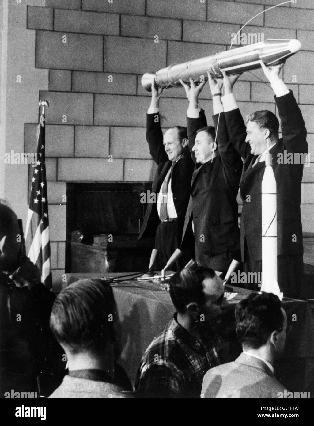 Die drei Männer verantwortlich für den Erfolg von Explorer 1, Amerikas ersten Erdsatelliten gestartete 31. Januar 1958, feiern ihren Erfolg früh am nächsten Morgen. Auf der linken Seite ist Dr. William H. Pickering, der damalige Direktor des Jet Propulsion Laboratory, gebaut und betrieben von den Satelliten. Dr. James A. Van Allen, Zentrum, von der State University of Iowa, entwarf und baute das Instrument auf Explorer, die die Strahlengürtel entdeckt, die die Erde umrunden. Auf der rechten Seite ist Dr. Wernher von Braun, Leiter der Armee Redstone Arsenal-Mannschaft, die der ersten Stufe Redstone Rakete, dass Lau gebaut Stockfoto