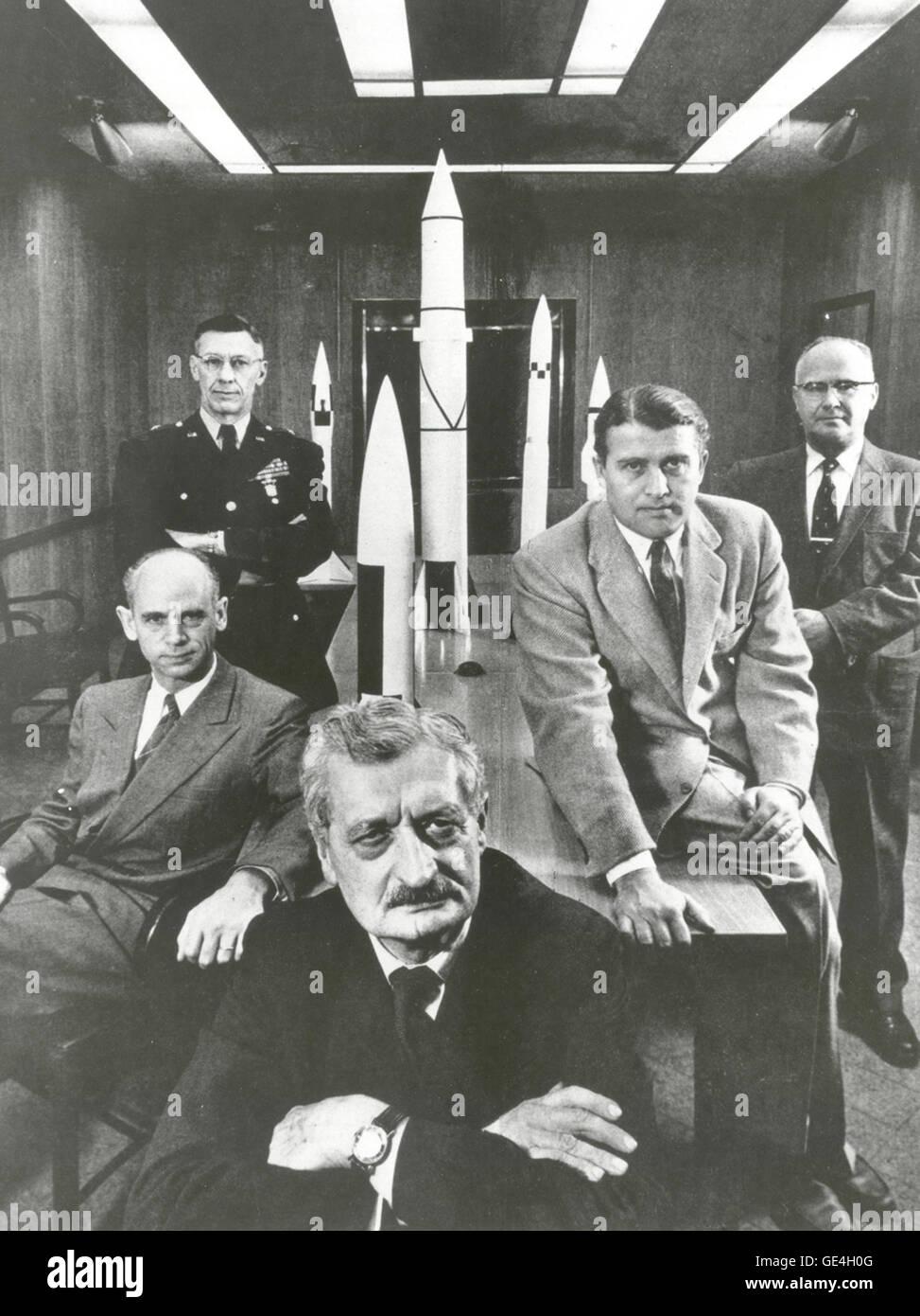"""Hermann Oberth (Vordergrund) mit Beamten der Army Ballistic Missile Agency in Huntsville, Alabama im Jahre 1956. Von links nach rechts um Oberth: (1) Dr. Ernst Stuhlinger (sitzend). (2) Generalmajor H.N Toftoy, befehlshabender Offizier und Verantwortlicher für """"Projekt Paperclip"""", die Wissenschaftler und Ingenieure aus Deutschland nach dem zweiten Weltkrieg nahm, Raketen für das amerikanische Militär zu entwerfen. Viele der Wissenschaftler hilft später, um die Saturn V-Rakete zu entwerfen, die die Apollo 11 Astronauten zum Mond nahmen. (3) Dr. Robert Lusser, ein Projekt Paperclip-Ingenieur, der im Jahr 1959 nach Deutschland zurückgekehrt. (Hinweis: Stockfoto"""