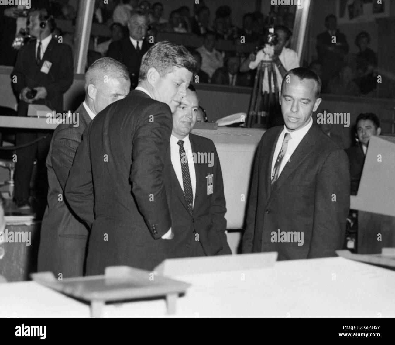 Präsident John F. Kennedy ist über den Betrieb von Quecksilber Control Center in Cape Canaveral unterrichtet nach Stockfoto