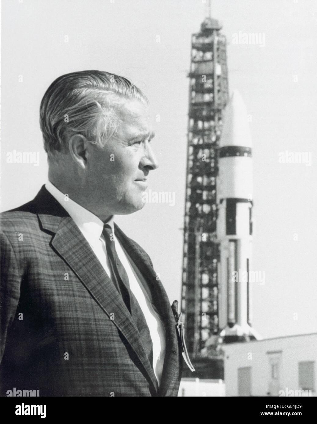 Dr. Wernher von Braun steht vor einer Trägerrakete Saturn IB im Kennedy Space Flight Center. Dr. von Braun führte Stockfoto