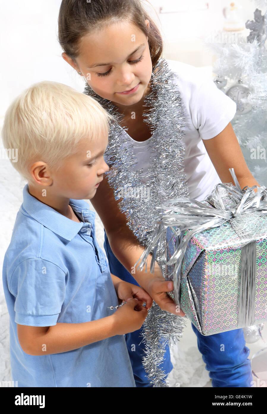 Schwester gibt ihrem Bruder ein Weihnachtsgeschenk Stockfoto, Bild ...