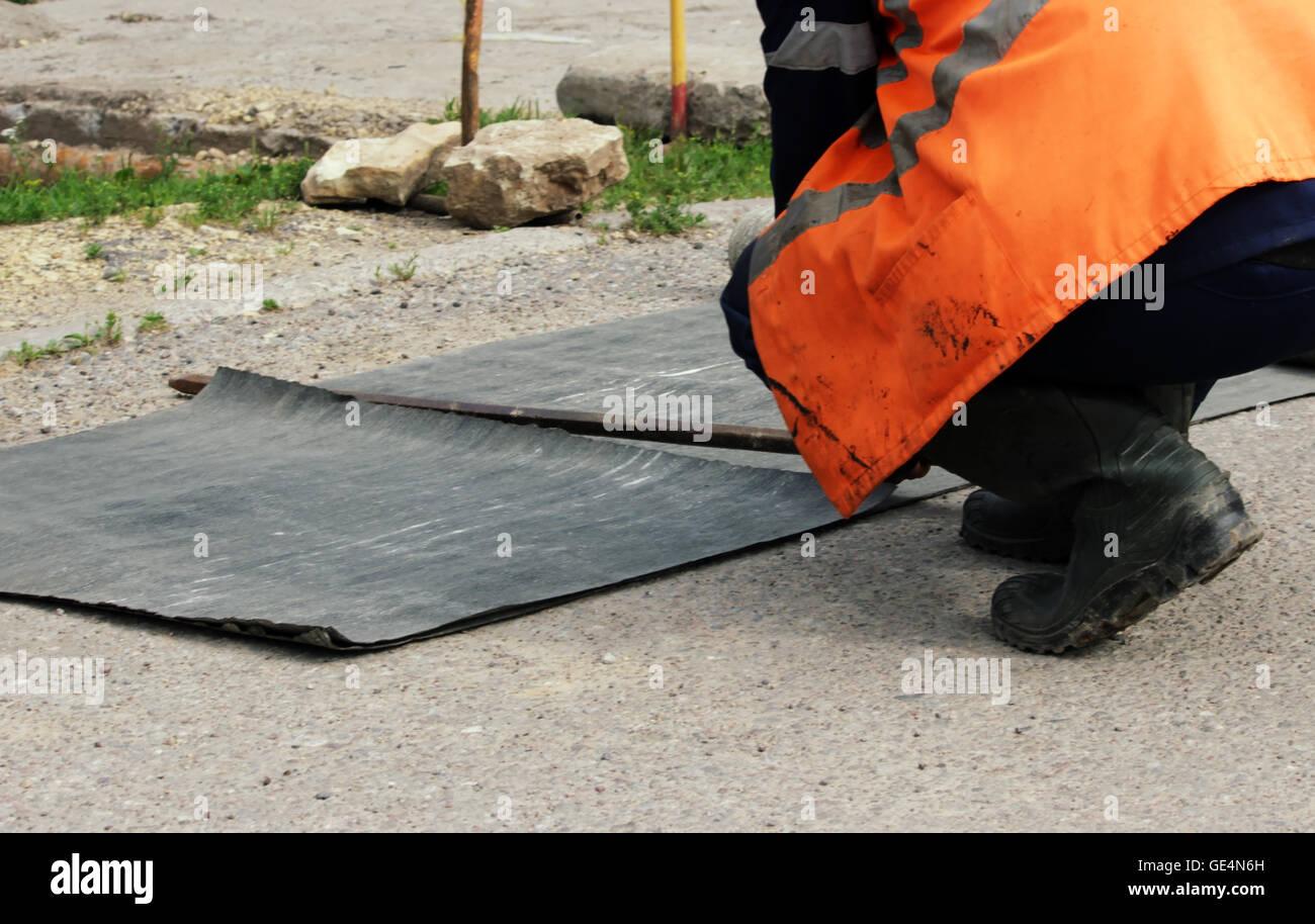 Arbeitnehmer Sind Stucke Von Einer Rolle Des Dachmaterial Fur