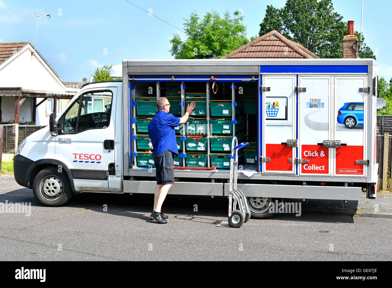 Treiber Entladen Lebensmittel Auf Trolley Zu Hause Lieferung