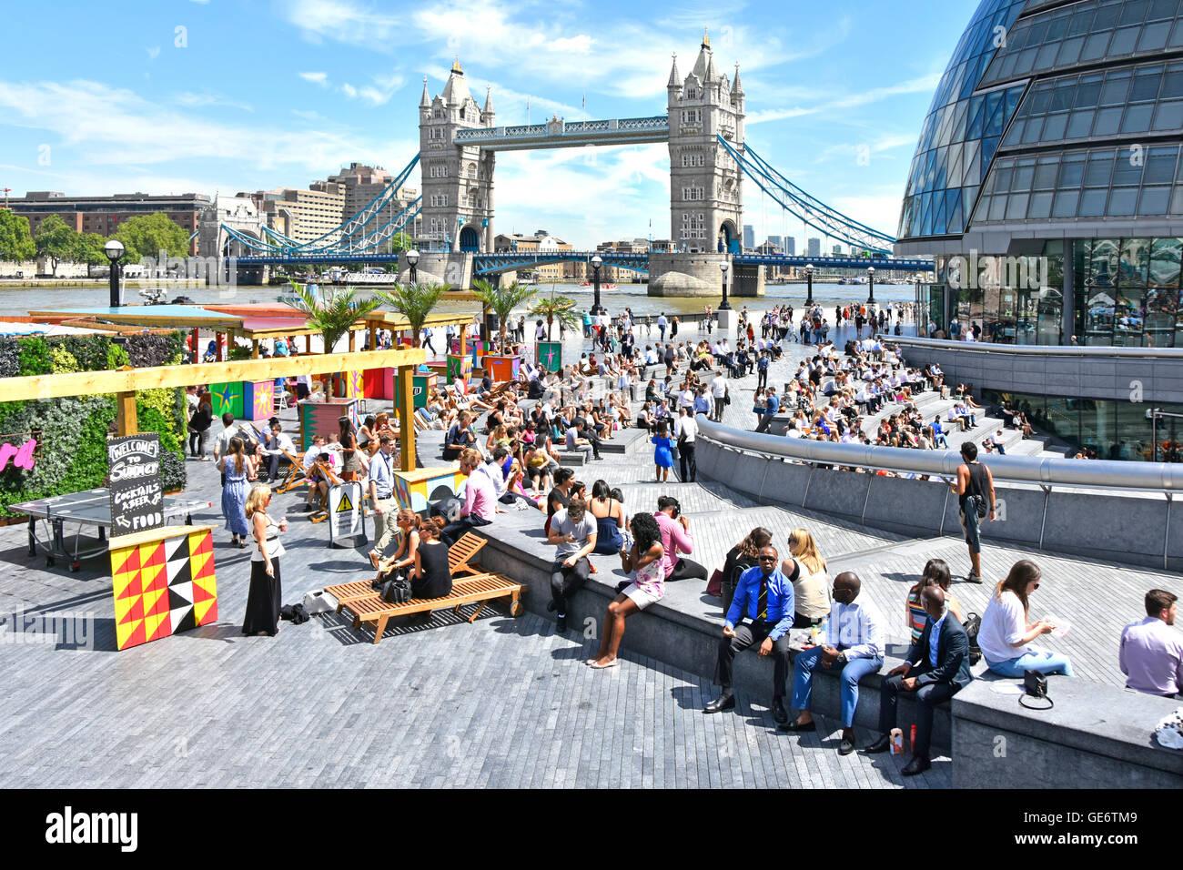 Heißer Tag für Büroangestellte & Touristen im Sommer Getränke & Essensstände rund Stockbild
