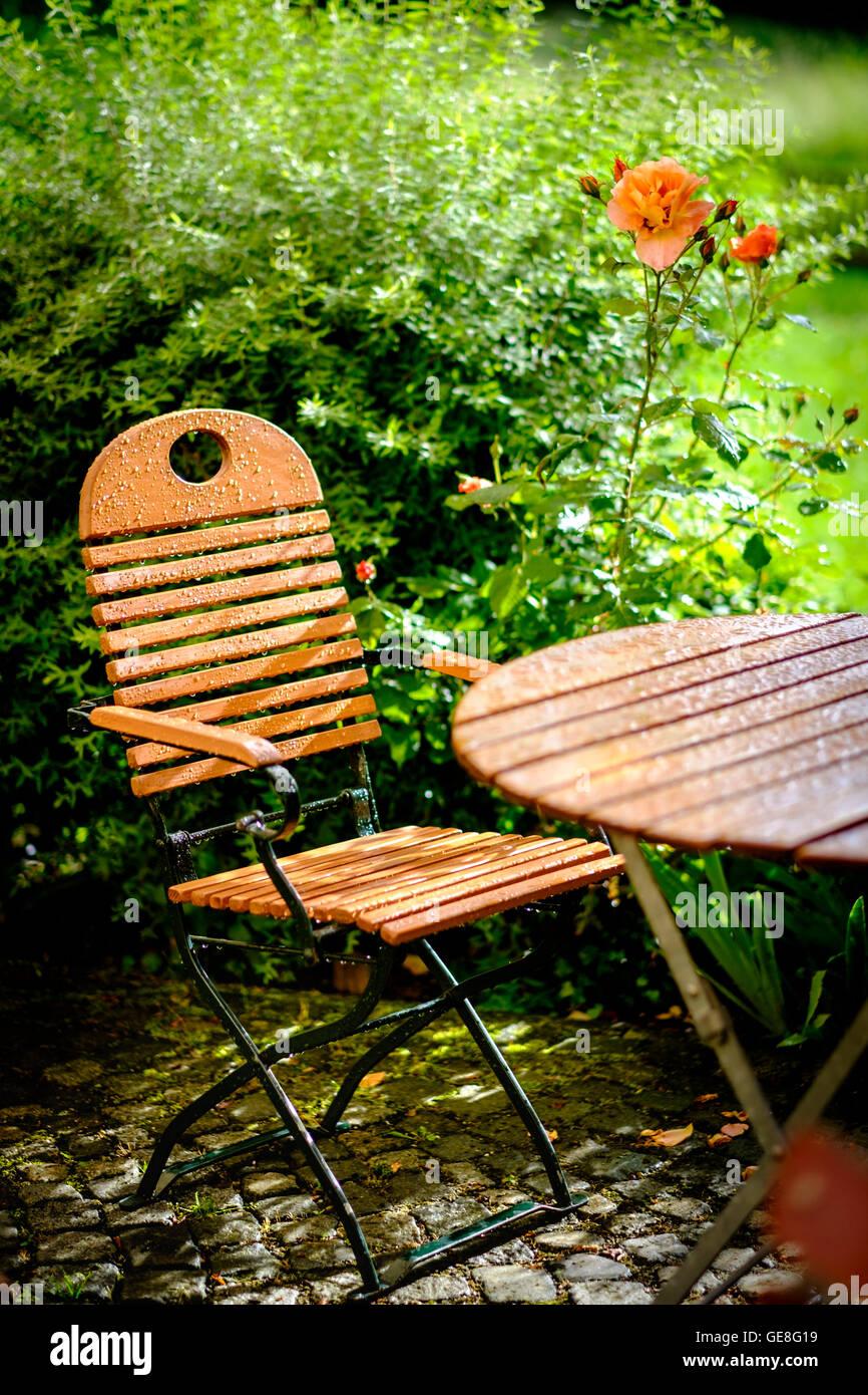 Garten Tisch Und Stuhl Sommerregen Stockfoto Bild 112055589 Alamy