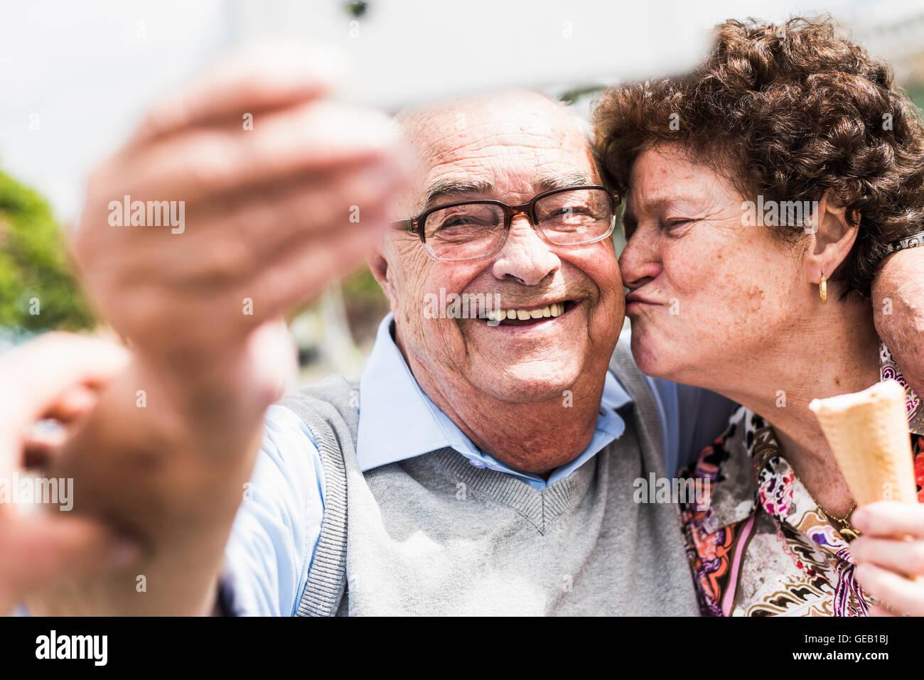 Porträt des Lächelns senior woman nehmen Selfie mit seiner Frau Stockbild
