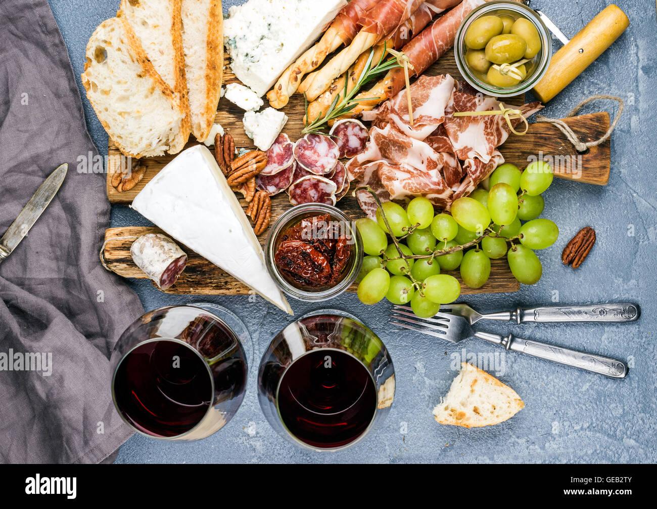 Käse und Fleisch Vorspeise Auswahl. Parmaschinken, Salami, Brot klebt, Scheiben Baguette, Oliven, getrocknete Stockbild