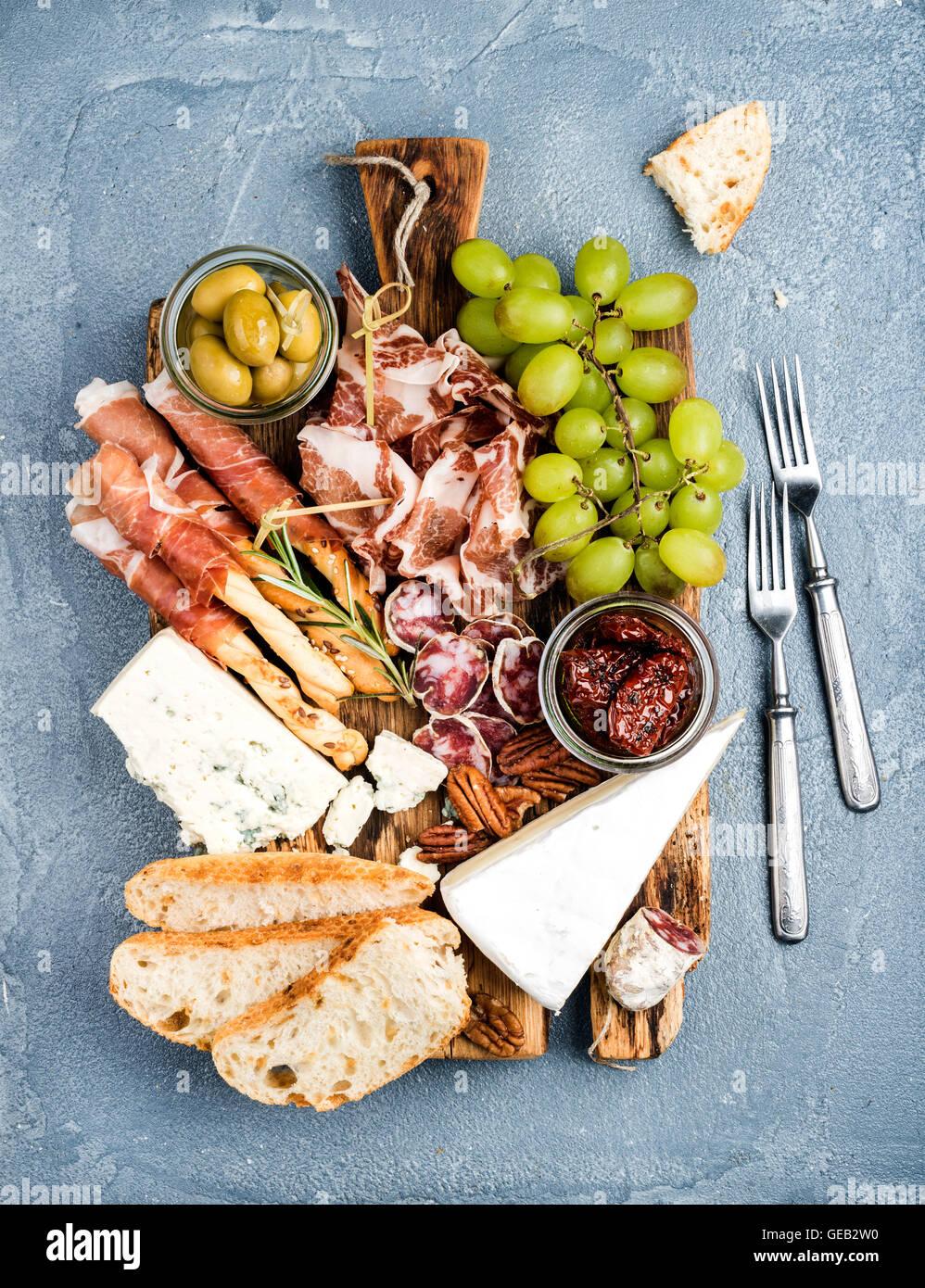 Käse und Fleisch Vorspeise Auswahl. Parmaschinken, Salami, Brot-Sticks, Baguette Scheiben, Oliven, getrocknete Stockbild