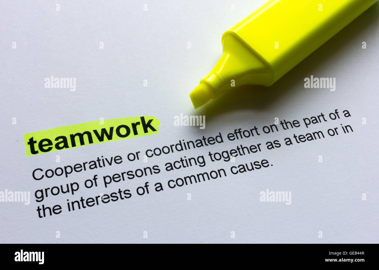 Definition der Teamarbeit, in Farbe hervorgehoben. Stockbild