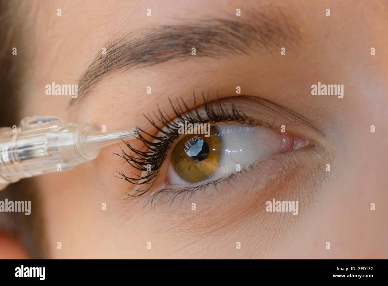 Attraktive Frau, Laser tattoo-Verfahren bei Beauty Salon Stockbild