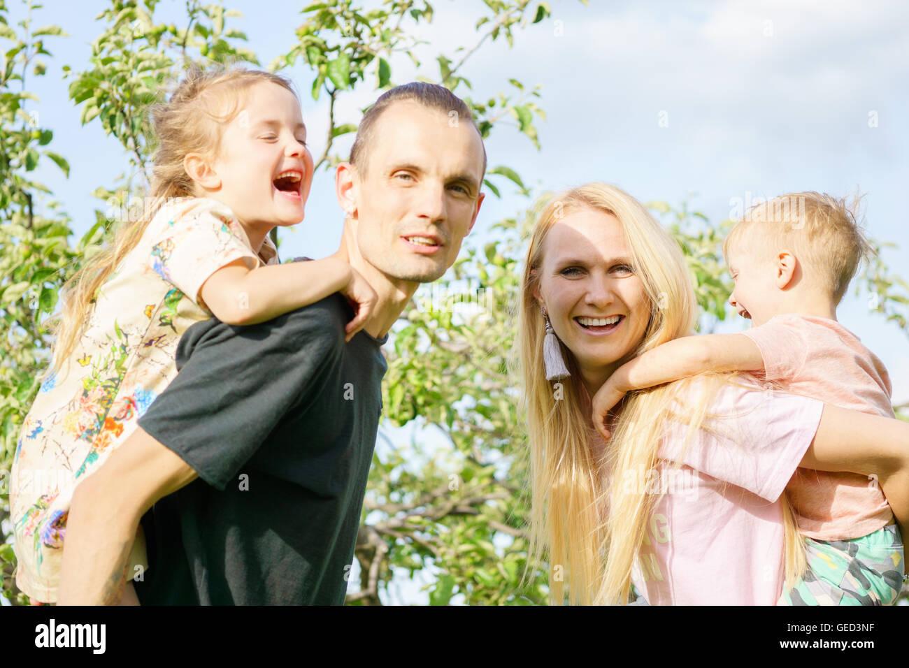 Porträt einer glücklichen Familie im freien Stockbild