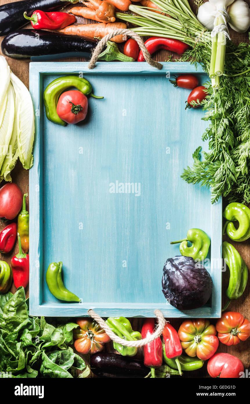 Frische Gemüse Zutaten für gesundes Kochen oder Salat machen auf hölzernen Hintergrund und blaue Stockbild