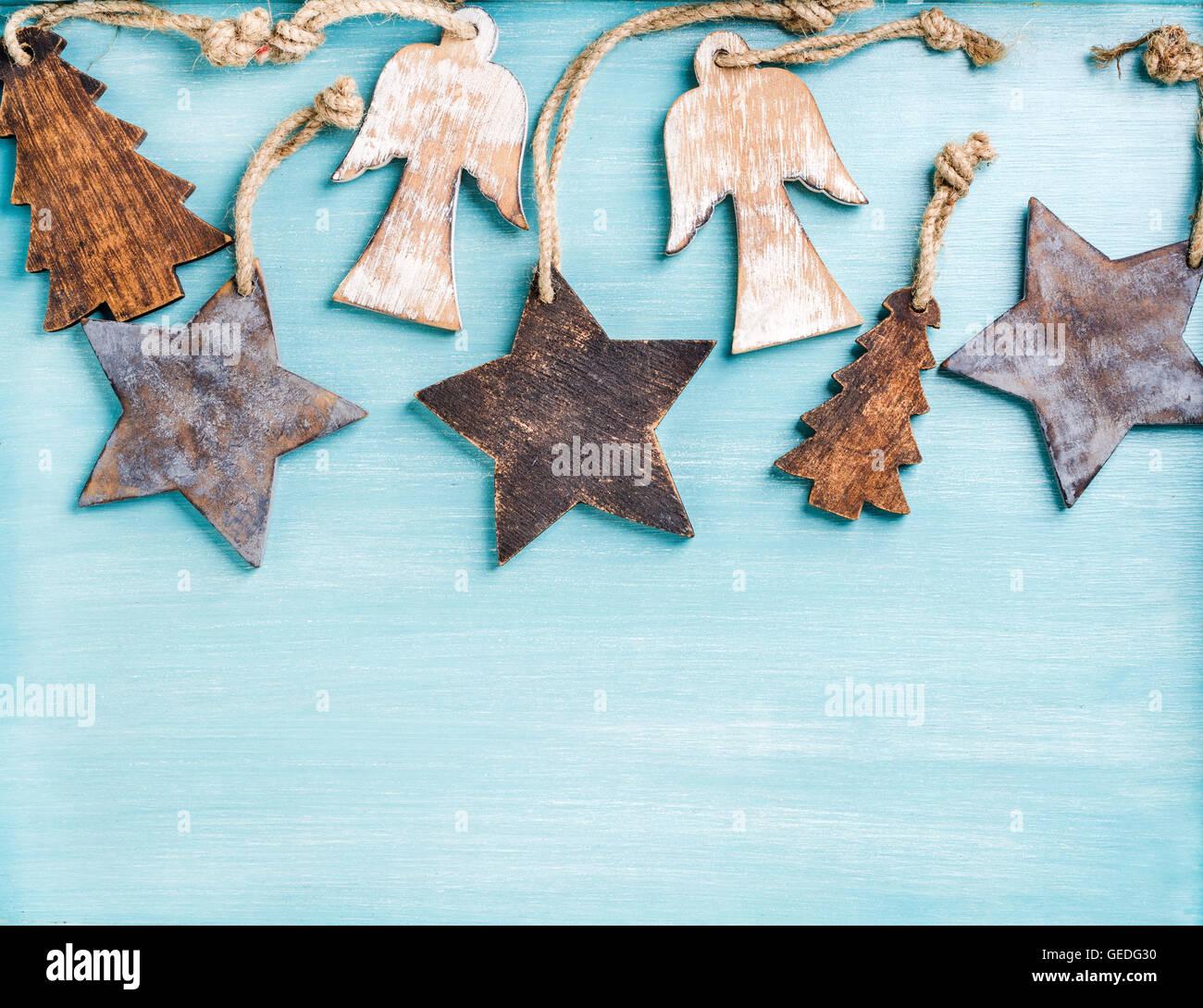 Weihnachten oder Neujahr Hintergrund: Engel, Sterne und kleine Tannen über blau bemalten Hintergrund kopieren Stockbild