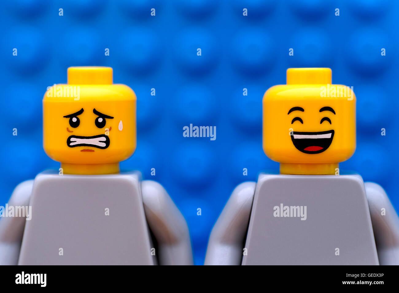 Tambow, Russische Föderation - 24. Juli 2016 zwei Lego Minifiguren - eine Angst und glücklich. Blauer Stockbild