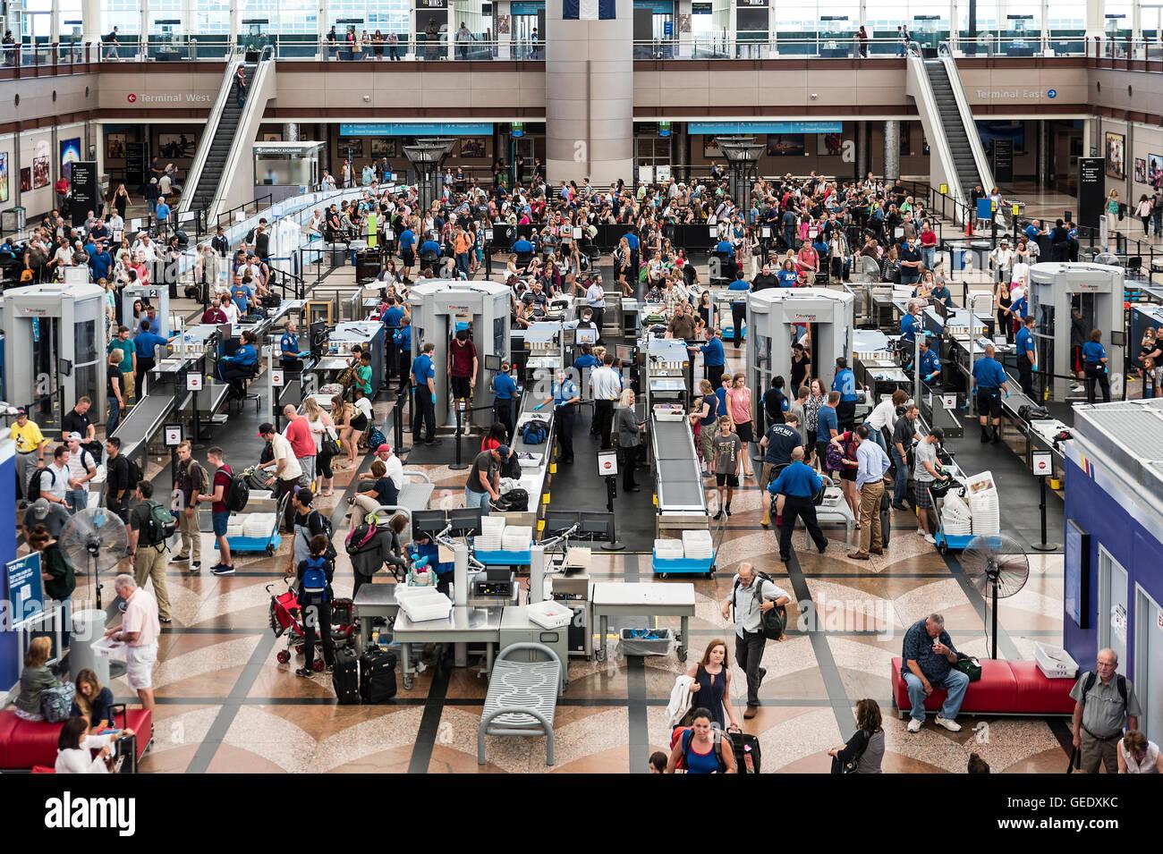 TSA Sicherheitsprüfung, Flughafen von Denver, Colorado, USA Stockbild