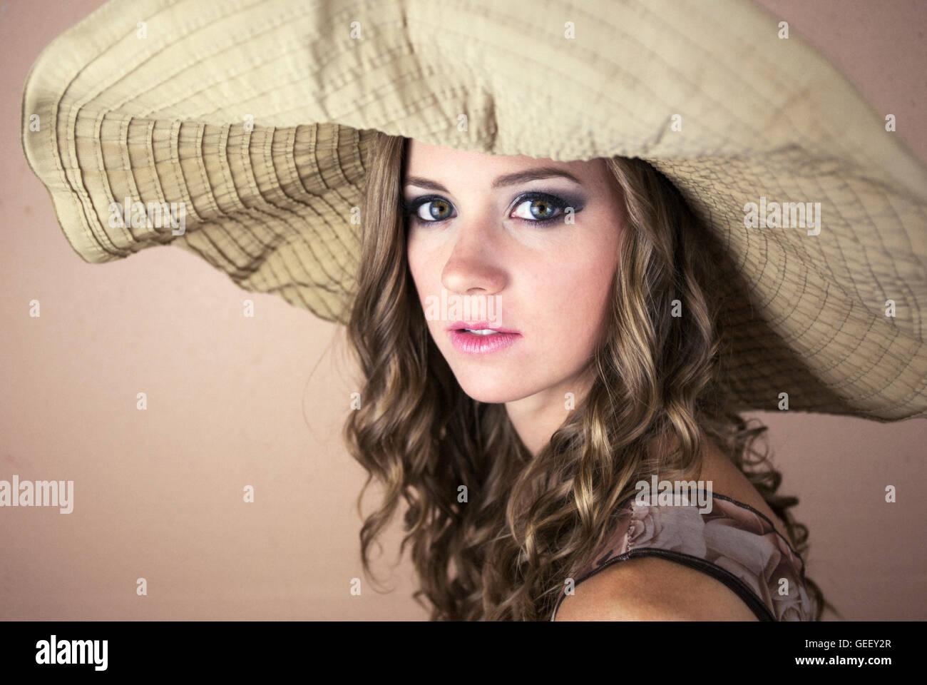 Schöne junge Frau, die große Sonne Hut Stockfoto