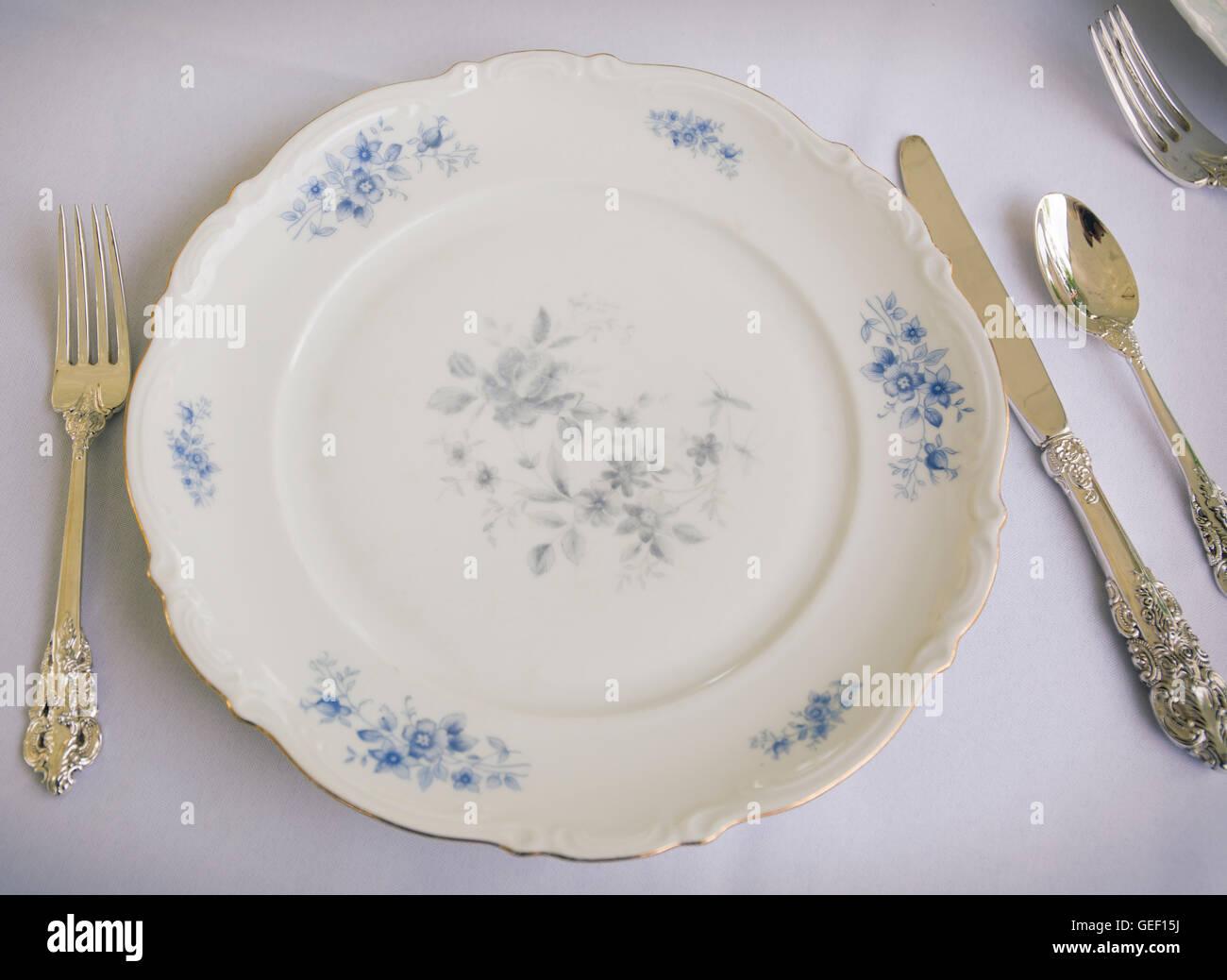 Tischdekoration mit feinem Porzellan und Silberbesteck Stockbild