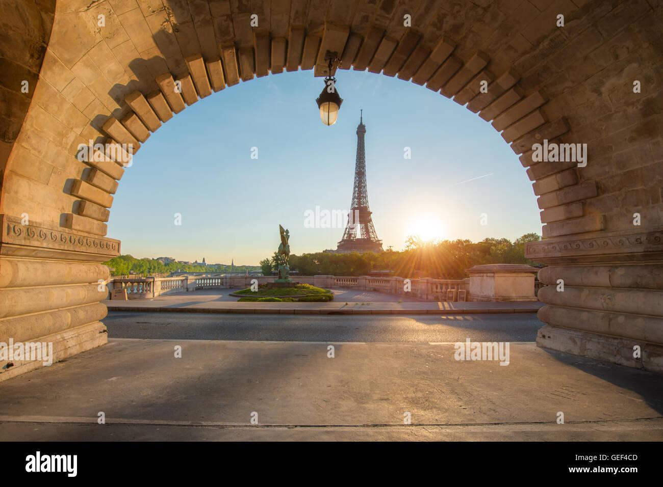 Eiffelturm in Paris vom Fluss Seine Morgen. Paris, Frankreich. Eiffelturm ist Eisen Gittermast auf dem Champ de Stockbild