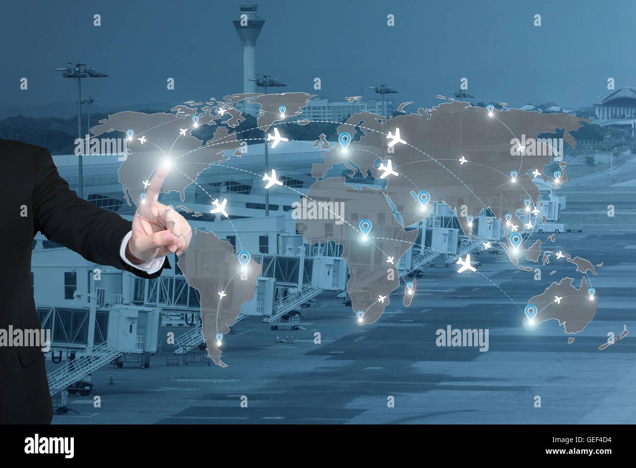 Geschäftsmann, arbeiten mit virtuellen Schnittstelle Verbindung Karte von Flug Strecken Flugzeuge Netznutzung Stockbild
