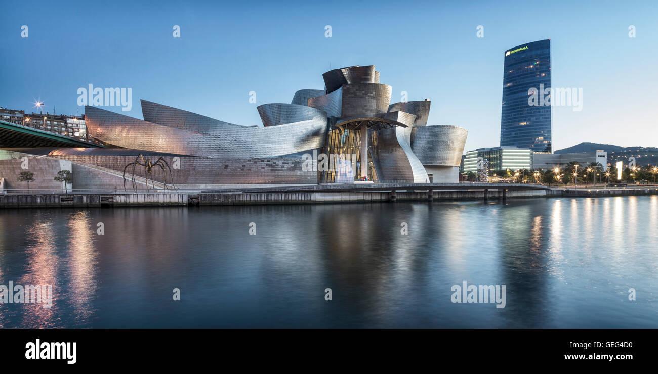 Panorama von Guggenheim Museum Bilbao, Museum für moderne und zeitgenössische Kunst, Architekt Frank Gehry, Stockbild