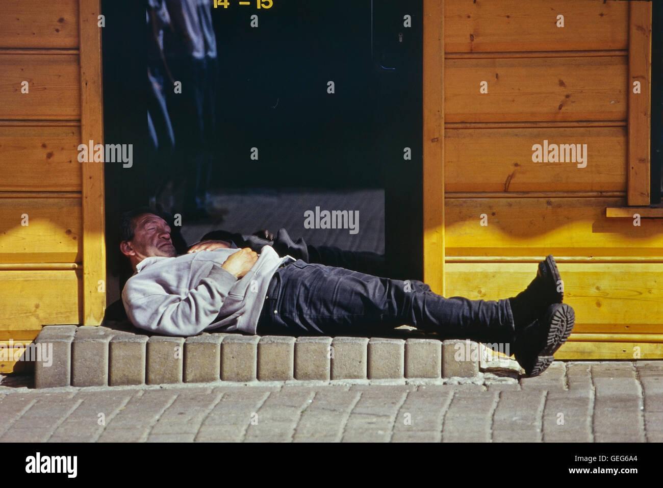 Der tur  Schlafenden Mann in der Tür ein Wodka-Geschäft. Zakopane. Polen ...