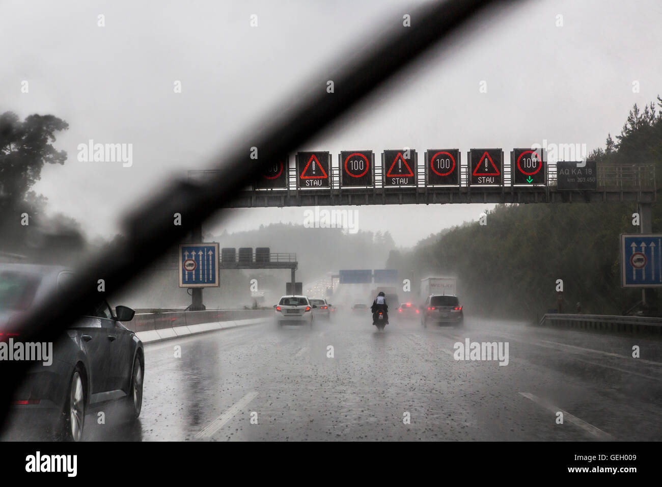 trucks rain road stockfotos trucks rain road bilder alamy. Black Bedroom Furniture Sets. Home Design Ideas